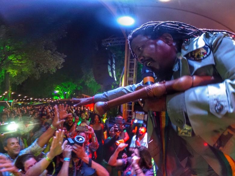 Luciano Messenjah em show impecável levantando a galera no dia 19 de agosto. Foto: Bruno Brasil (@brbrasil)
