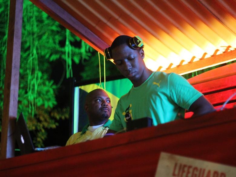 O DJ residente da casa, Narity da Jamaica, que soltou as pedradas em todos os dias do evento. Foto: Elza Cohen