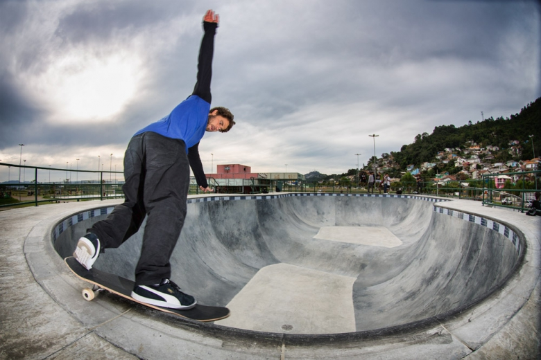 Bs Smith na parte funda do bowl da Costeira. Foto: Layback